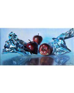 Trois pommes rouges délicieuses sur aluminium